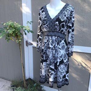 ECI Black/White Floral 8 Dress no wrinkle